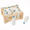 Houten melkflessen in een krat