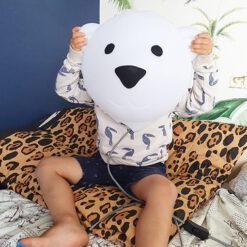 Sfeerfoto IJsbeer Björn voor het hoofd van een kind
